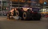 Monster Trucki niszczyły samochody pod stadionem [WIDEO]