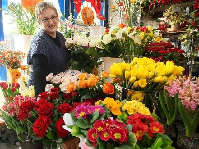 """Marek Trela, właściciel kwiaciarni """"Ewa"""" przy kieleckiej ulicy Sandomierskiej, prezentuje kwiaty, które są niezawodnym prezentem dla każdej kobiety. – 8 marca ich sprzedaż wzrasta nawet pięciokrotnie – mówi."""