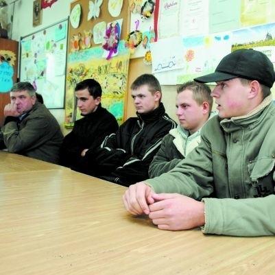Pozbawieni autobusu chłopcy nie mogą dojechać do szkoły w Mońkach: - Teraz, aby dotrzeć na przystanek PKS, musimy przejść kilka kilometrów - mówi Wojciech Klepach (pierwszy z prawej) z Długołęki.