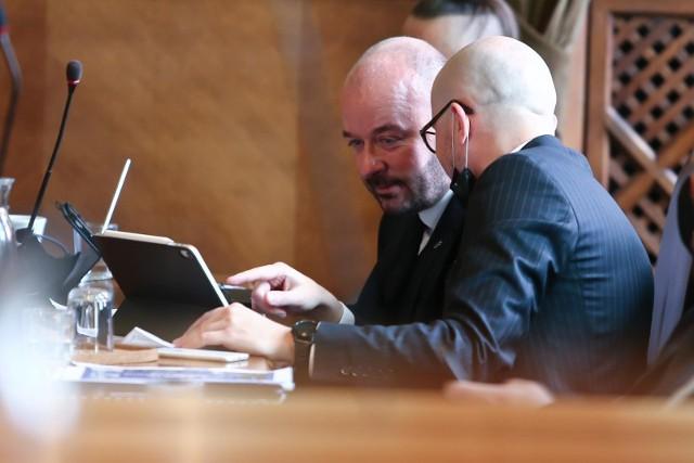 Prezydent Wrocławia Jacek Sutryk podczas sesji rady miejskiej