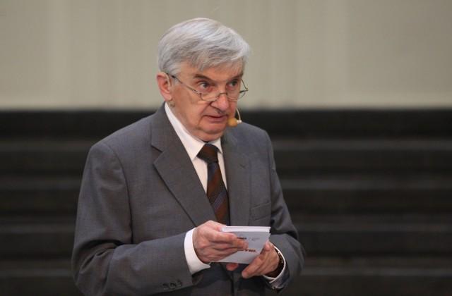 Teleturniej Jeden z dziesięciu, w którym udział wziął Marek Borzęcki z Włocławka, prowadzi Tadeusz Sznuk
