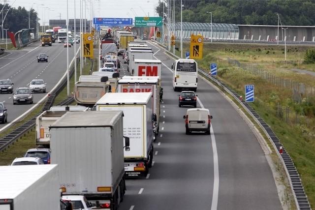 zdjęcie ilustracyjne/Kierująca audi kobieta, która zjeżdżała z z A4 na AOW straciła panowanie nad kierownicą i uderzyła w barierki ochronne. Jadący za nią kierowca ciężarowego reanult nie wyhamował i wjechał w osobówkę.