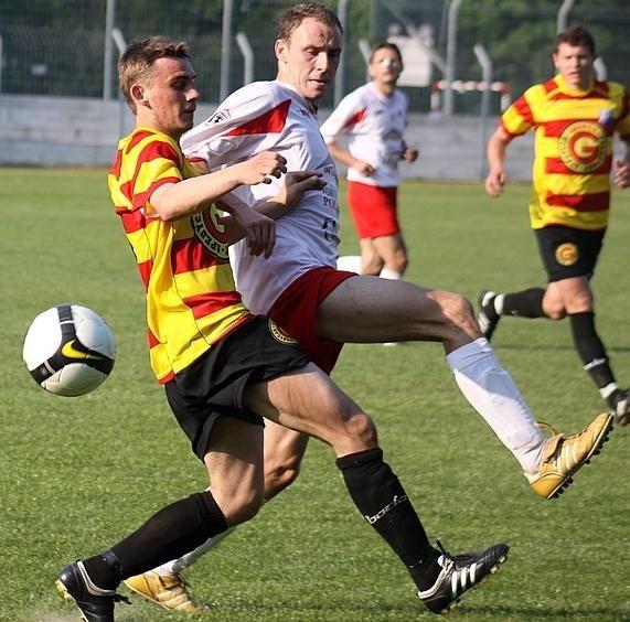 W akcji Rafał Niziołek (z lewej), pomocnik MKS-u Kluczbork.