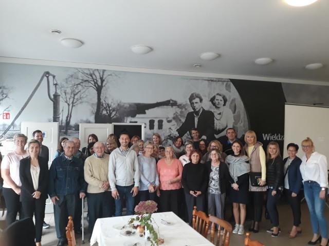 Wspólne zdjęcie seniorów z Wieldządza z gośćmi z urzędów marszałkowskich