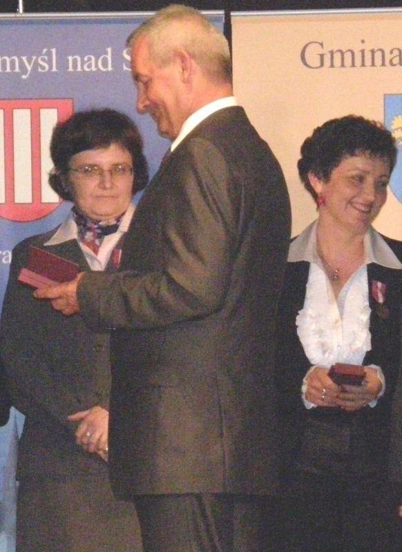 Medale z okazji 20-lecia Publicznych Służb Zatrudnienia w Spółdzielczym Domu Kultury w Stalowej Woli wręczał między innymi poseł Antoni Błądek.