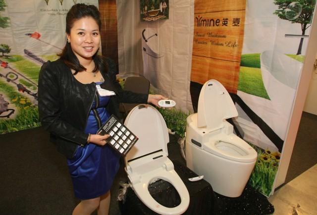 Made in China w Targach KielceNowatorski, wielofunkcyjny sedes sterowany pilotem prezentuje Belinda Chen, menedżer firmy Ymine Bathroom.