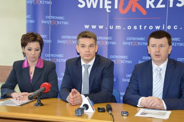 O planach zainwestowania w Ostrowcu Świętokrzyskim mówili w środę (od lewej) wiceprezes Groclinu Barbara Sikorska, prezes Andre Gerstner i prezydent miasta Jarosław Górczyński.