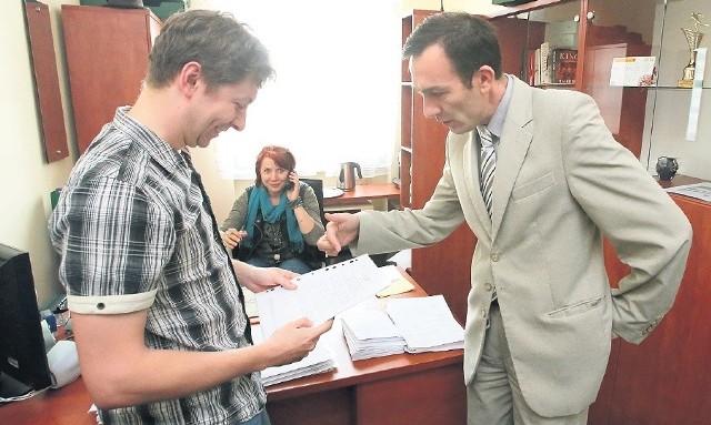 – Większość komitetów rejestrację przeszła bezbłędnie – mówi Waldemar Gorzycki, dyrektor Delegatury Krajowego Biura Wyborczego w Szczecinie (z prawej). Na zdjęciu z jednym z kandydatów, który ma zamiar startować w wyborach.