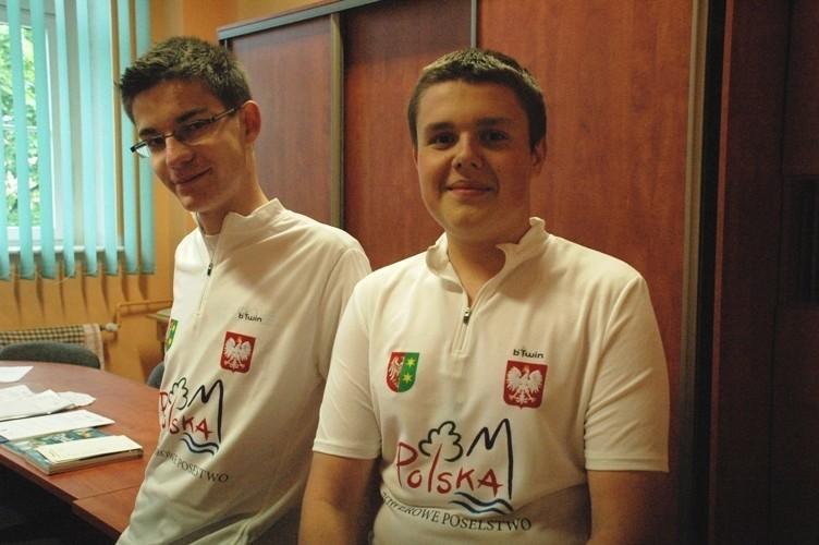 Tegoroczny maturzysta Tomek Klemt (z lewej) i pierwszoklasista Mikołaj Binczarowski ze skwierzyńskiego ogólniaka prezentują koszulki, w jakich rowerzyści zjadą Belgię