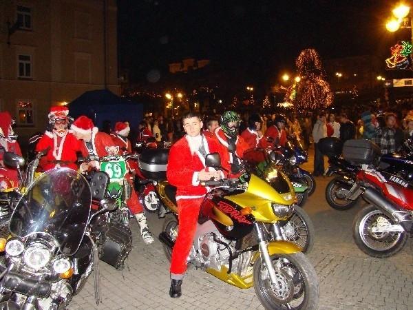 """Podkarpacki Klub Motocyklowy """"Eastern Scorpions"""" zasłynął eskorta Św. Mikołaja, który wjeżdżał do Przemyśla."""