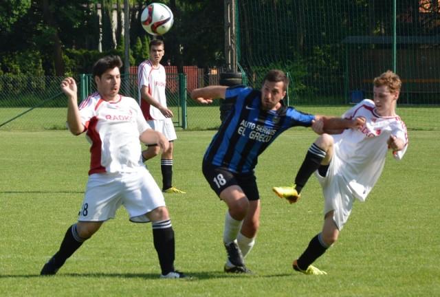 Piłkarze Przeciszovii (białe stroje) wykorzystali atut własnego boiska w konfrontacji przeciwko Skawie Podolsze, zwyciężając 3:1. Mecz rozegrano w ramach Klasy A Oświęcim.