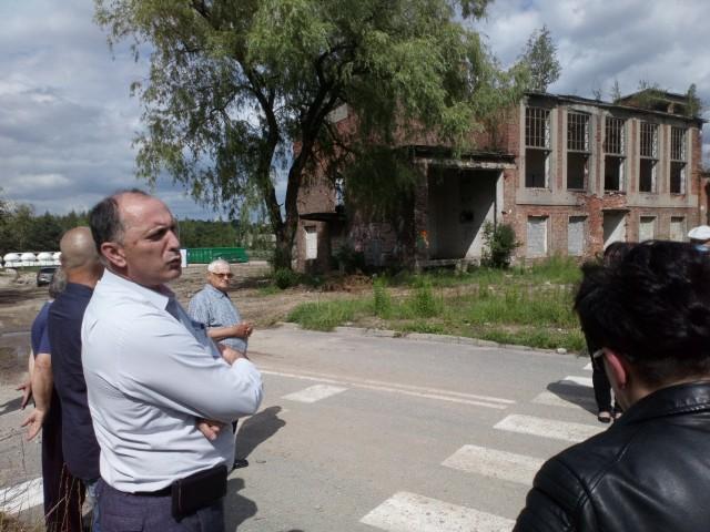 Spotkanie z mieszkańcami przy ul. Lipcowej w Trzebini. Obecny na nim był m.in. przewodniczący Zarządu ZMGK, Arkadiusz Pypłacz (po lewej)