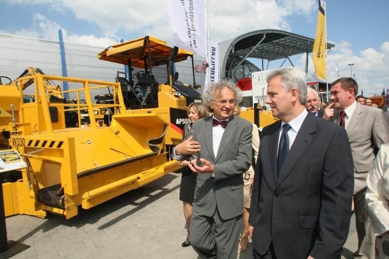 Prezes Targów Kielce Andrzej Mochoń oprowadzał ministra Cezarego Grabarczyka po kieleckiej wystawie maszyn drogowych.