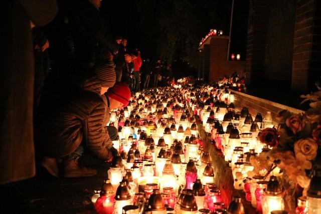 """1 listopada to czas czas refleksji i zadumy na życiem oraz przemijaniem. To okres wzmożonego ruchu na cmentarzach. Rodziny odwiedzają groby swoich bliskich i symbolicznie zapalają znicze, dekorują groby kwiatami. Cmentarze podczas Wszystkich Świętych szczególnie nocą robią niesamowite wrażenie. W dużych miastach rozświetlone niebo nad nekropoliami widać już z daleka. Około godziny 19, odwiedziliśmy zielonogórski cmentarz. Mimo później godziny można było spotkać tam setki zielonogórzan z rodzinami. Przechadzając się po rozświetlonych od zniczy alejkach miało się wrażenie bycia w (na swój sposób) magicznym miejscu. Zobaczcie zdjęcia zielonogórskiego cmentarza nocą.Zobacz również: """"To szczególny dzień dla pamięci naszych bliskich"""". Polacy tłumnie ruszyli na groby"""