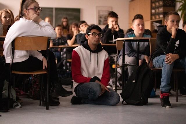 Od czwartku do soboty w Szkole Podstawowej nr 8 w Słupsku trwa tzw. Euroweek. Szkołę odwiedzili niezwykli goście: Margarita Carbrera z Kolumbii oraz Artur z USA. Wolontariusze przyjechali w ramach współpracy szkoły z Fundacją Euroweek od lat zajmującą się organizowaniem obozów językowych. Uczniowie klas 7 i 8 mieli okazję sprawdzić swoje umiejętności językowe poprzez udział w warsztatach prowadzonych w języku angielskim.