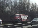Korek na obwodnicy Trójmiasta [29.03.2019]. Rozbił się samochód dostawczy. Na miejscu straż pożarna i policja [zdjęcia, wideo]