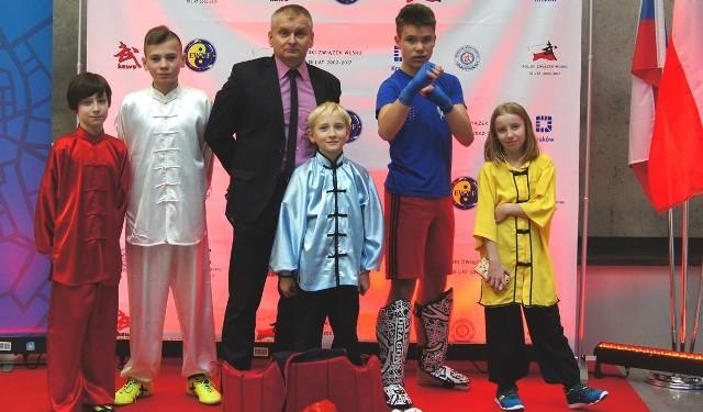Zawodnicy Buskiego Klubu Kung-Fu Yantai, na zdjęciu z trenerem Andrzejem Cupryjakiem-Sochą, zdobyli dziesięć medali w Pucharze Polski w Krakowie.