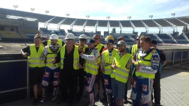 Pamiątkowe zdjęcie żużlowców, mechaników i działaczy pracujących przy stabilizacji toru