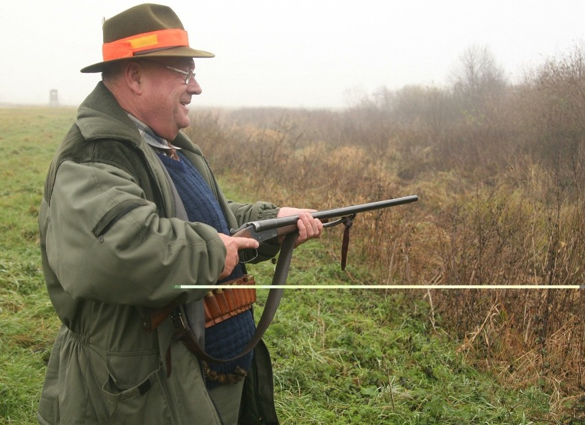 Obecnie polowanie przy obecności osób poniżej 18. roku życia jest zabronione. Projekt ma umożliwiać polowanie w obecności dzieci i młodzieży za zgodą rodziców.