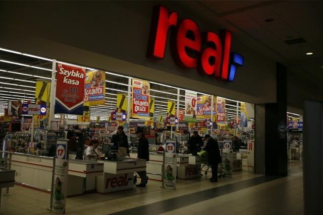 Real zmieni się w Auchan - W listopadzie ubiegłego roku Grupa Auchan ogłosiła, że za 1,1 mld euro zamierza przejąć od Metro Group sieć supermarketów Real - nie tylko w Polsce, ale także w innych krajach Europy Środkowo - Wschodniej. Do fuzji jeszcze nie doszło, gdyż sprawę bada Urząd Ochrony Konkurencji i Konsumenta. Jak podaje UOKiK, powinien wydać decyzję do końca tego roku.