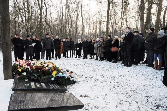 Pod krzyżem na cmentarzu ofiar obozu złożono wieńce z szarfami w barwach niemieckich, polskich i śląskich.