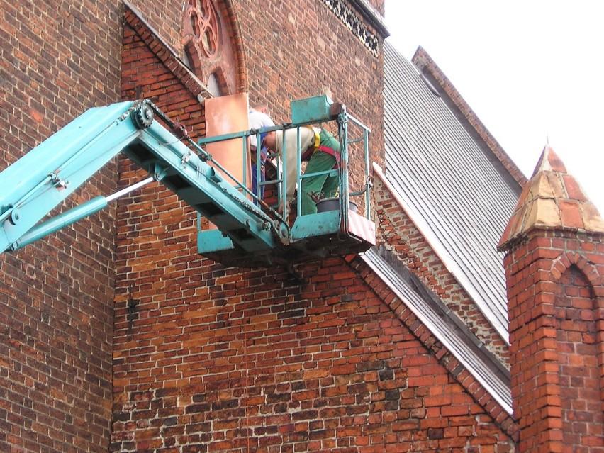 Kilka godzin zajęły robotnikom budowlanym prace przy...