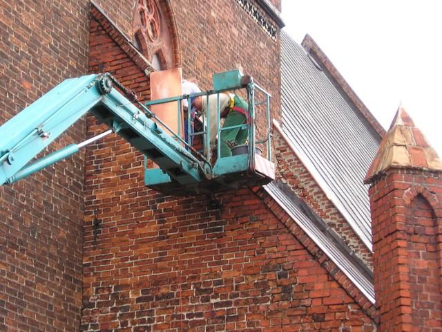 Kilka godzin zajęły robotnikom budowlanym prace przy kościele św. Katarzyny. Dzięki temu odpadające blachy nie zagrażają już przechodniom.