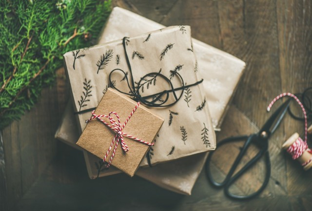 Oto lista najczęściej kupowanych w tym roku w Polsce prezentów pod choinkę. Przygotowaliśmy ją wspólnie z Ceneo.pl, na podstawie liczby wyszukań poszczególnych artykułów w ostatnich dniach.Zobaczcie na kolejnych slajdach najpopularniejsze w tym roku prezenty pod choinkę. Posługujcie się klawiszami strzałek, myszką lub gestami