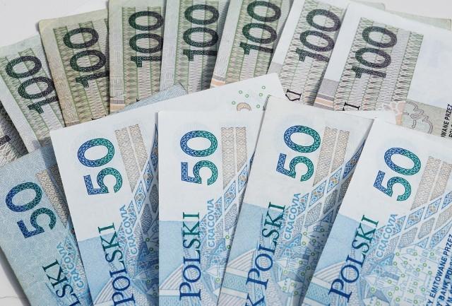 Jak zmieniała się płaca minimalna w Polsce na przestrzeni lat? Nie uwierzysz! Od 2000 roku wzrosła trzykrotnie! Kliknij na zdjęcie i dowiedz się, ile wynosiła w poszczególnych latach