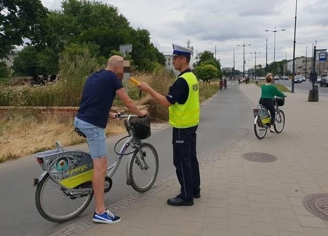 Spore zdziwienie wśród rowerzystów wywoływał wczoraj policjant, który zatrzymywał ich na ścieżce przy al. Piłsudskiego i przykładał alkomat do ust. Funkcjonariusze sprawdzali trzeźwość kierowców jednośladu nie tylko w centrum Łodzi. Jak zapowiedzieli, akcja potrwa cały weekend, a policjanci uzbrojeni w alkomaty pojawią się w różnych dzielnicach Łodzi. Oprócz cyklistów policjanci sprawdzali także kierowców samochodów. Statystyki z prowadzonych działań będą znane dopiero w poniedziałek.