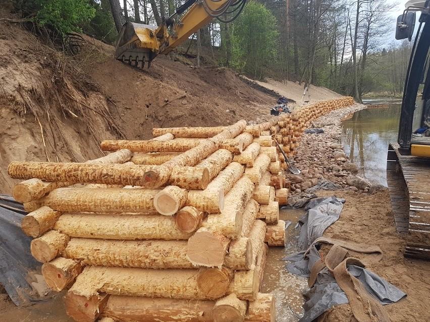 Czarna Hańcza otrzymała pomoc. Najdłuższa rzeka na terenie Suwalszczyzny ma nowe umocnienia (zdjęcia)