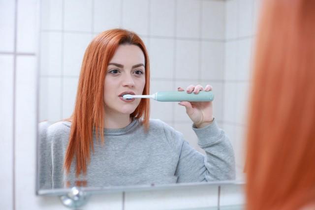 Szczoteczka soniczna pozwala na niezwykle skuteczne czyszczenie zębów, ale wymaga zupełnie innej techniki mycia niż przy użyciu szczoteczki manualnej