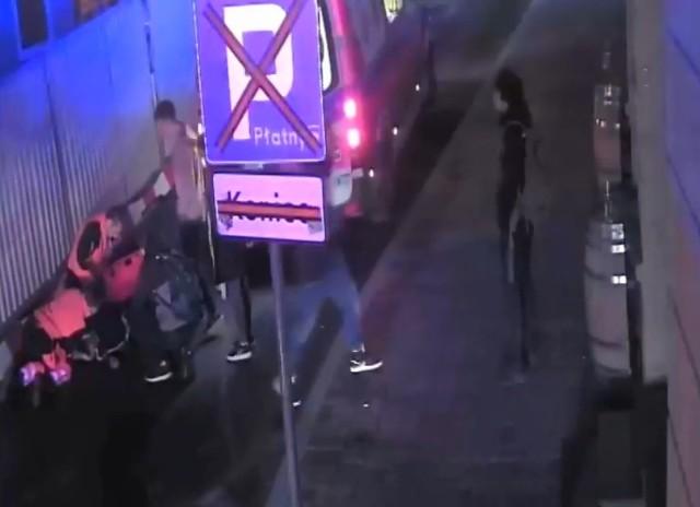 Poszukiwany mężczyzna uderzył pokrzywdzonego w twarz i odszedł, jednak gdy ten zdołał wstać, wrócił i uderzył go ponownie