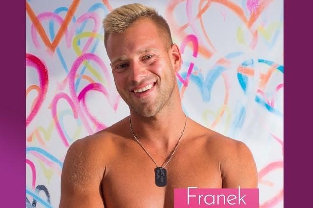 """Franek Rumak dołączył do """"Love Island"""" już w trakcie programu, ale zdążył w nim nieźle namieszać. Zobacz więcej zdjęć Franka z Love Island ---->"""