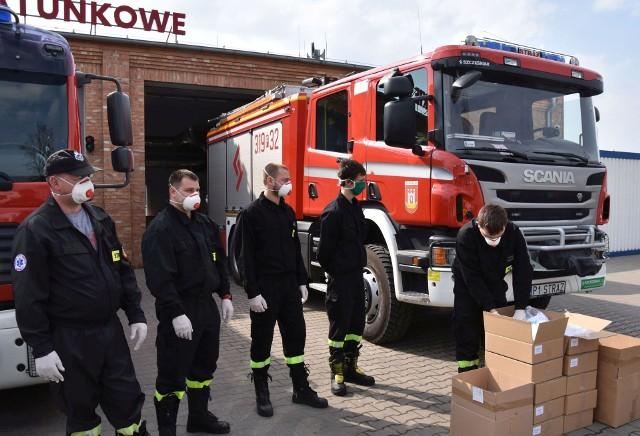 Maseczki zostały w czwartek, 9 kwietnia przekazane m.in. strażakom ze Swarzędza. Trafią do seniorów mieszkających w gminie.