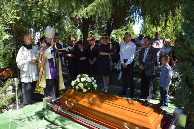 """Uroczystość rozpoczęła się o godzinie 10.00 w kościele pw. Chrystusa Króla. Tam odbyła się msza święta. O godzinie 12.30 spod starej bramy cmentarnej wyruszył kondukt żałobny, który odprowadził duchownego do miejsca jego spoczynku. Na czele orszaku żałobnego stanęli duchowni, którzy w licznej grupie przybyli na cmentarz, by pożegnać swojego brata. Kolumnę zamykał biskup Tadeusz Lityński. Tuż za nim jechał samochód pogrzebowy z trumną Marka Grewlinga, a następnie rodzina, przyjaciele i znajomi zmarłego. Przy miejscu pochówku zmarłego księdza zebrało się ponad sto osób. Były przemowy i wspomnienie ks. Marka Grewlinga.Ksiądz Marek Grewling urodził się 27 października 1963 roku w Gorzowie Wlkp. W 1990 roku ukończył Seminarium Duchowne w Paradyżu. Swoją służbę  duszpasterską pełnił m. in. w Strzelcach Krajeńskich, Nowym Miasteczku, Sulęcinie i Gorzowie Wlkp. Pracował w wydawanych w Gorzowie Wlkp. """"Aspektach"""", a także w ogólnopolskim tygodniku """"Niedziela"""". Spod jego pióra wyszły takie książki jak na przykład """"Bajeczki z niebieskiej książeczki"""", czy """"Do nieba nie trzeba się spieszyć"""". W 2003 roku został członkiem Związku Polskich Literatów."""