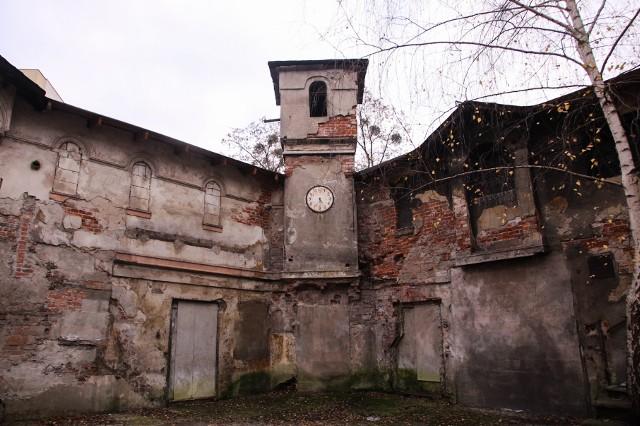 Ruina zwana alkoholowym zabytkiem zdobi jedno z podwórek przy ulicy Traugutta.