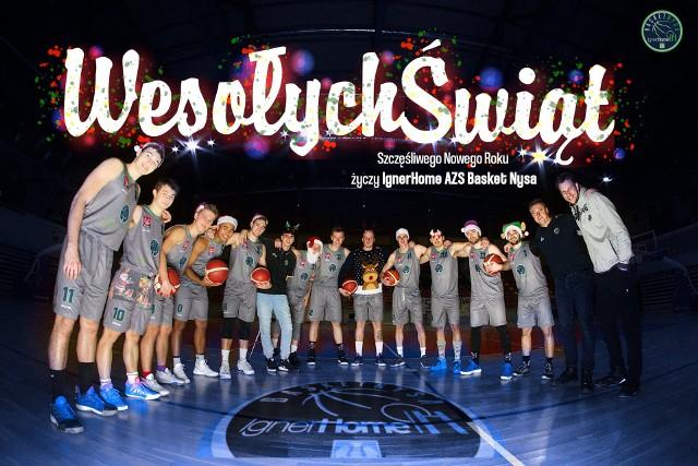 Środowisko sportowe na Opolszczyźnie jest w tej chwili pełne bożonarodzeniowych życzeń. Wybraliśmy przykłady tych, które zostały zaprezentowane w bardzo ciekawej formie. Zapraszamy do zapoznania się z naszą galerią.Na powyższej grafice koszykarze IgnerHome AZS-u Basketu Nysa.