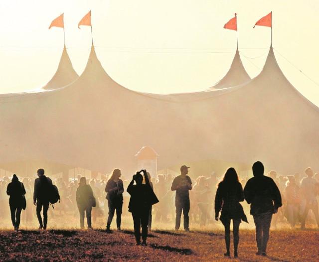 Tegoroczny Open'er Festival w Gdyni Kosakowie był drugim z rzędu po zakończeniu umowy sponsorskiej ze światowym koncernem piwowarskim, co odbiło się na skali i rozmachu imprezy, która obroniła się jednak od strony artystycznej, m.in. znakomitymi występami D'Angelo i St. Vincent. Pod koniec roku festiwal podpisał nową umowę, tym razem z telekomunikacyjnym Orange.