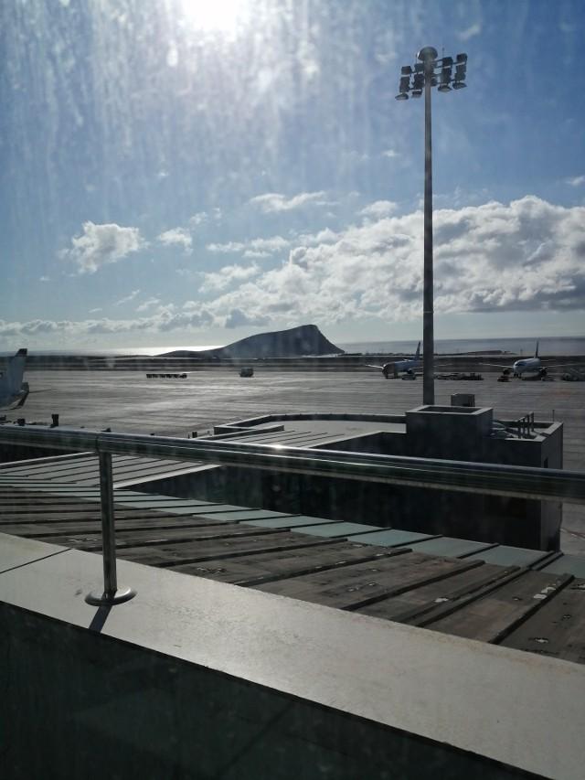 Widok z terminalu na lotnisko na Teneryfa Południe. W tle charakterystyczna góra Montana Roja