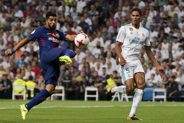 Luis Suarez (z lewej) zastąpi Leo Messiego w Gran Derbi? Czy też powstrzyma go Raphael Varane?