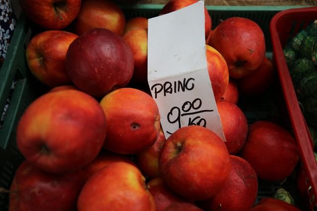 Drogie warzywa i owoce na targowiskach. Zobaczcie ceny na targowisku przy Placu Wolności w Katowicach. Ile kosztują śliwki, morele, papryka, pomidory, wiśnie czy ogórki? Zobacz kolejne zdjęcia. Przesuwaj zdjęcia w prawo - naciśnij strzałkę lub przycisk NASTĘPNE