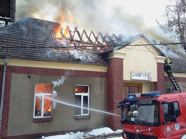 Niespełna osiem lat temu (zimą) spłonęła restauracja Champions Club, znajdująca się na terenie ówczesnego Miejskiego Ośrodka Sportu i Rekreacji w Bytowie.Gmina na początku miała plan jej odbudowy, ale ostatecznie, z uwagi na koszty, zdecydowano się na rozbiórkę obiektów. W pożarze nikt nie ucierpiał. Pracownicy uciekli z budynku, kiedy zawalił się komin. Dodajmy, że w obiekcie nie było żadnych klientów, choć lada moment miała się pojawić grupa żałobników po pogrzebie. Pożar zaczął się, jak później ustalono, od drewnianej belki znajdującej się zbyt rury przewodu kominowego.