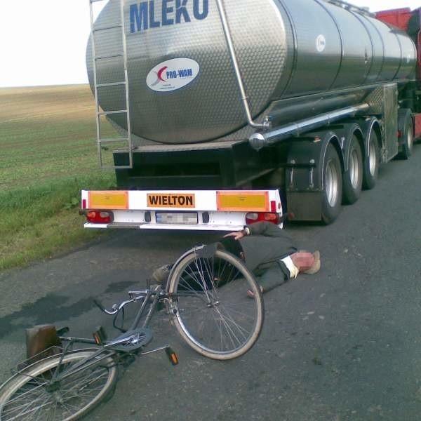 Rowerzysta czekał na pomoc około 20 minut - mówią świadkowie zdarzenia.