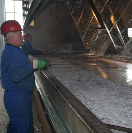 Marian Drutowski nadzoruje proces wyjmowania z roztworu cynku elementów metalowych, które teraz trafią do pieca i w temperaturze ponad 400 st. będą poddawane obróbce termicznej