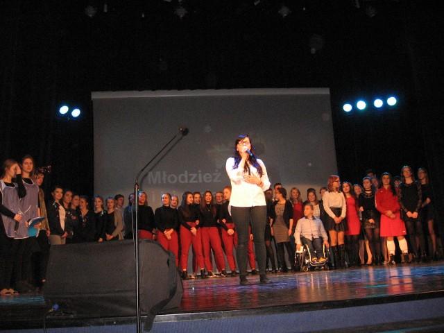 Na zakończenie wieczoru śpiewała Paulina Jaskot. W tle - pasjonaci.