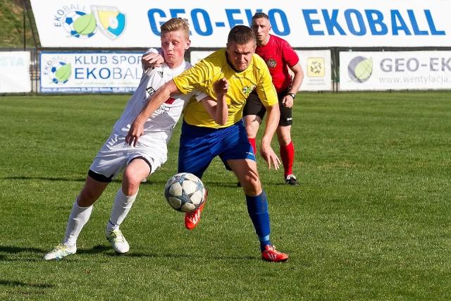 Do zadań Łukasza Tabisza (z prawej) nie należy zdobywanie goli, ale w Strzyżowie to on trafił na wagę zwycięstwa