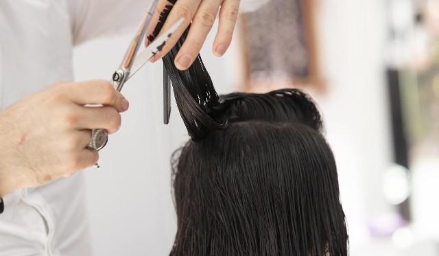Sytuacja dotyczy zdarzenia z 2018 roku. Wówczas klientka wspomnianej kancelarii wybrała się do fryzjerki, aby rozjaśnić i pofarbować włosy...