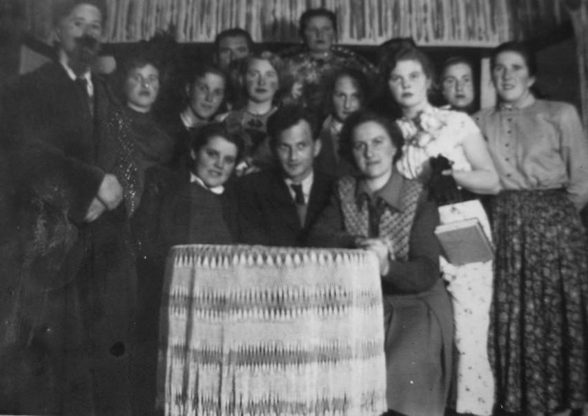 Grono pedagogiczne szkoły w Łubianie w połowie lat 50. XX wieku