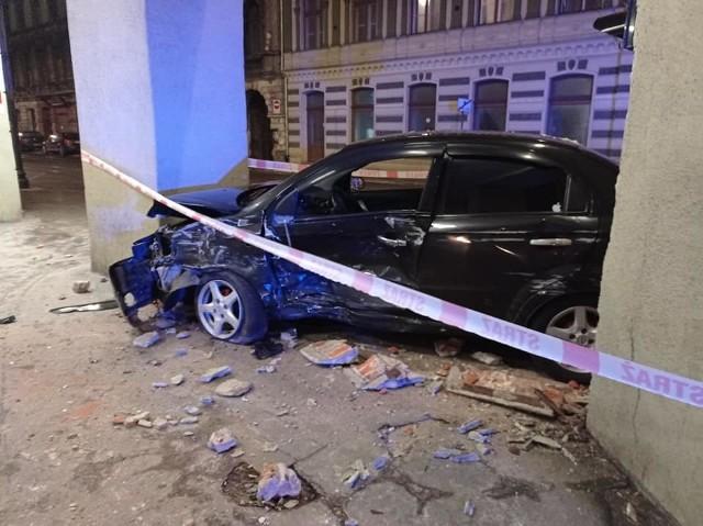 Sporo szczęścia mieli uczestnicy wypadku, do którego  doszło w  poniedziałek późnym wieczorem u zbiegu ul. Piotrkowskiej i ul. Narutowicza. Samochody, którymi kierowali, zostały poważnie rozbite, na szczęście nie doznali oni groźnych obrażeń. Cudem w wypadku nie ucierpiał także żaden pieszy. ZOBACZ ZDJĘCIA NA KOLEJNYCH KARTACH